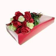 Duga kosa, bijele i crvene ruže