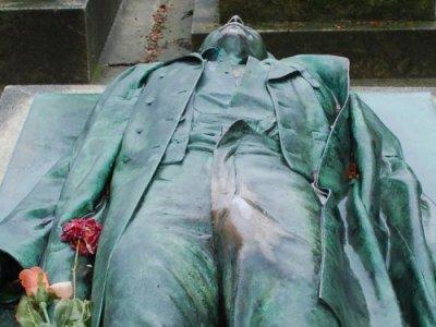 Trljanjem prepona Parižanke uništile statuu...