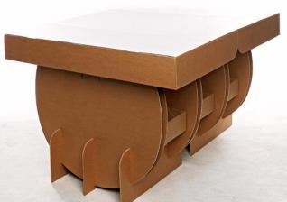 Stol od kartona koji se može nositi pod rukom