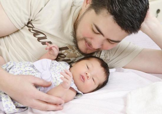 Prvi trudni muškarac rodit će već drugu bebu u lipnju