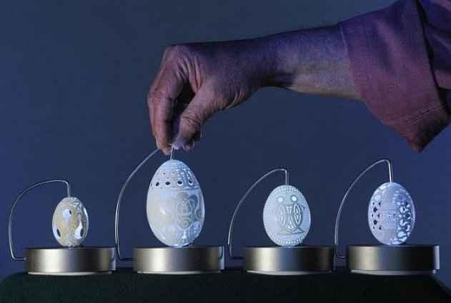 Franc Grom od jaja radi umjetnička djela