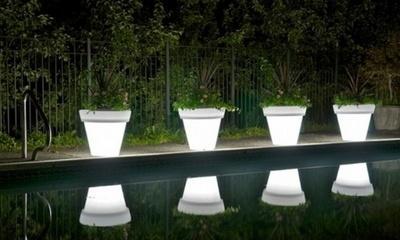 Vrt osvijetljen vazama