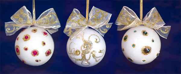 Božićni ukrasi - BIJELE KUGLE SA ZLATNIM DETALJIMA