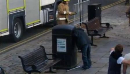 Postao Internet senzacija: Beskućnik kopao po smeću pa se zaglavio