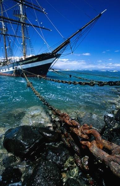 Jedrenjak čvrsto vezan uz obalu-evening report