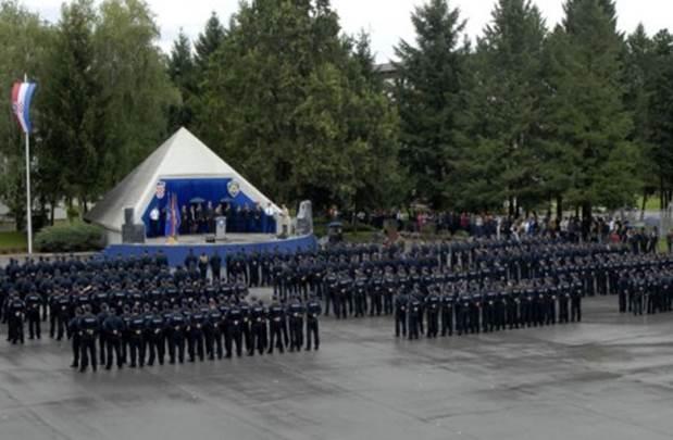 SLUGANSKI NAROD: Umjesto pod hrvatskim grbom, policajci prisegnuli pred piramidom - simbolom vlasti i ropstva!