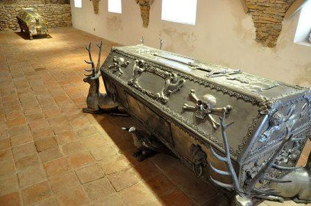 Šamanovi duhovi-pomoćnici uz sarkofag grofa Erdödyja u Klanjcu