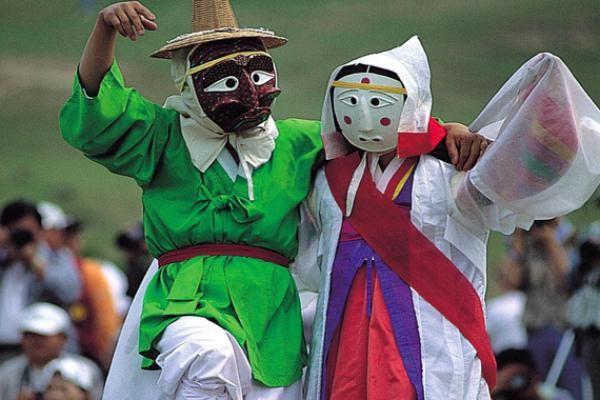 Lisinski pleše pod maskama
