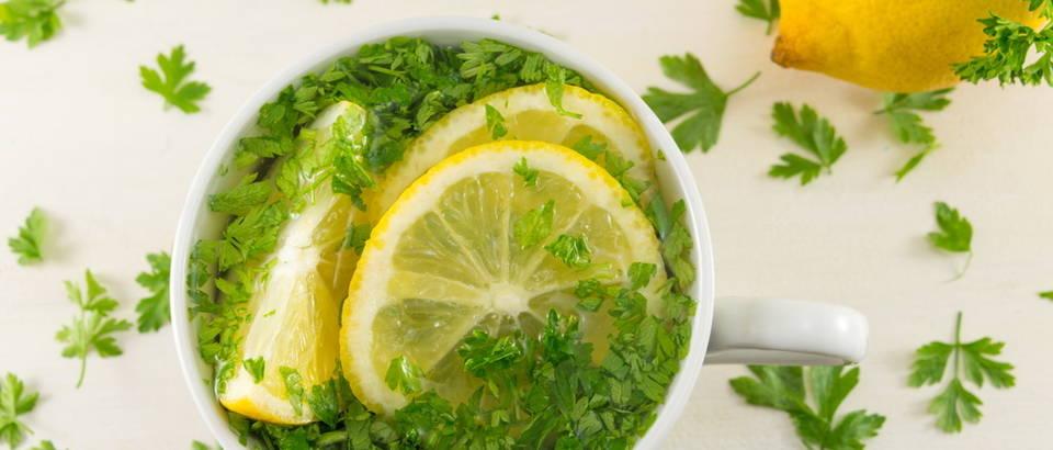 Odličan napitak za mršavljenje od limuna, peršina i vode