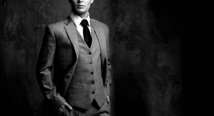 Čovjek u sivom odijelu tamjana
