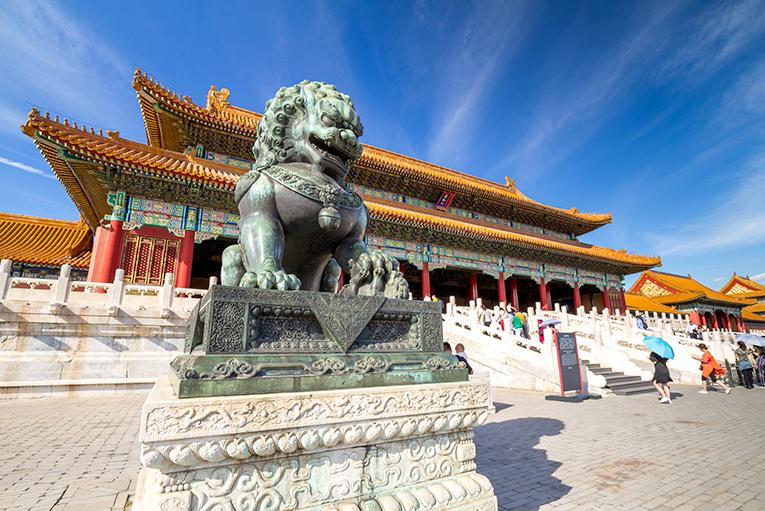 Statue s velikim kicama
