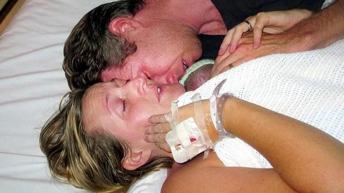NISU GA HTJELI PUSTITI: Puna 2 sata ležali s mrtvom bebom, ali onda je liječnik ušao i zatekao OVO!