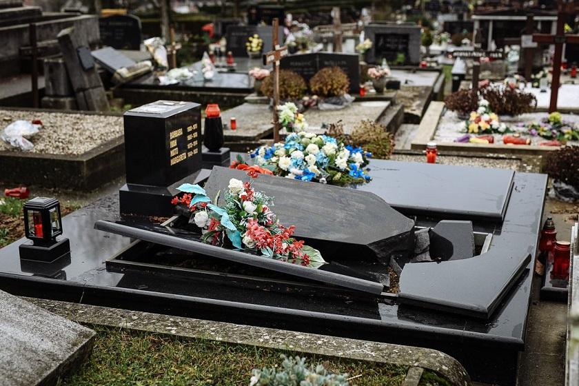 Potres razorio i groblje u Petrinji..../ galerija fotografija /....