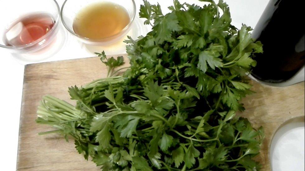 Ljekoviti napitak od crnog vina, peršina i meda