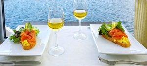 vino u čaši i na tanjuru