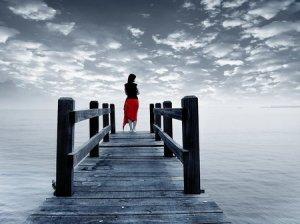 djevojka na mostu gleda u daljinu